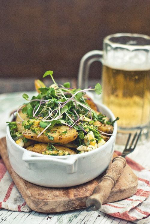 Asado Cebolla y alevines Ensalada de patata con huevo picado y Herb Vestidor