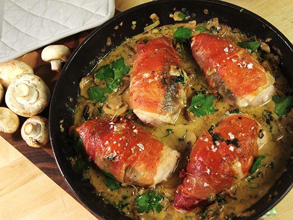 Lyxiga kycklingbröst fyllda med ost- och spenatröra och lindade med parmaskinka. Serveras med en himmelsk svampsås.