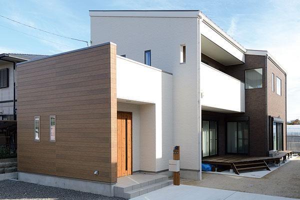 閑静な住宅街に立つMさんのご新居。ベージュ×茶色のナチュラルモダンな外観が洗練された落ち着きのある雰囲気を醸し出す。