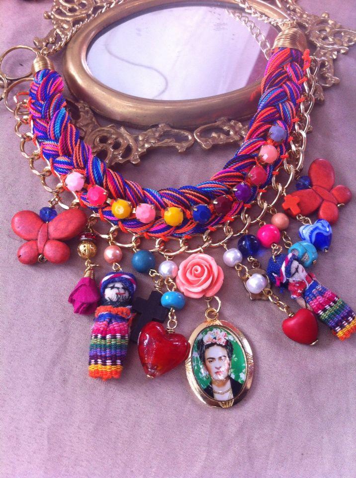 Collar trenzado con distintos materiales en piedras, dije de Frida Kahlo.
