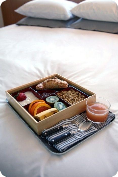 Mais elaborado, mas ainda assim na caixinha! Bento-style boxes keep things tidy. | 28 Breakfast In Bed Ideas To Make Your Mom's Day