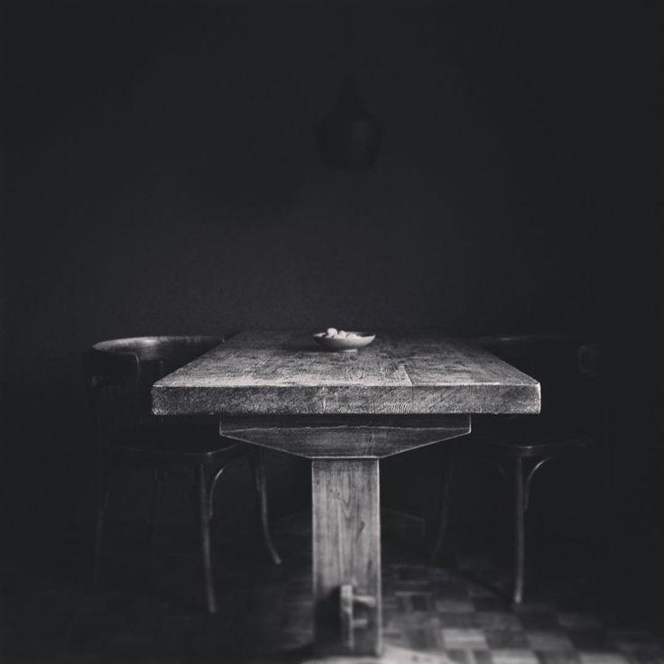 「#darkhomestil #homesweethome #home #zwartwitfotografie #table #stillness #blackandwhitefotography #morningstillness #stillevenfotografie #minimal…」
