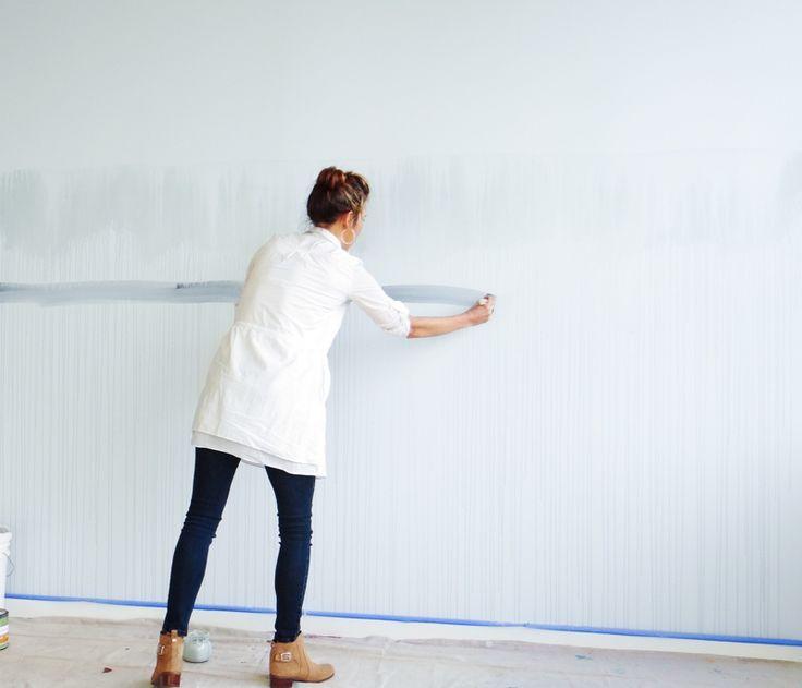 Die Wand mit dunkelgrauen Streifen streichen