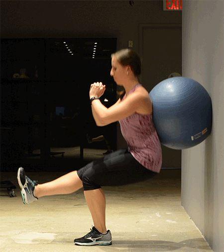 2. Workout - Versión con una pierna.  1: De pie en la posición del principio, eleva el pie derecho y estíralo hacia el frente, con la rodilla extendida y el pie flexionado. Notarás presión en los muslos.  2: Manteniendo el equilibrio, baja lentamente hasta ponerte en cuclillas. Asegúrate de que las caderas están alineadas y de que la mayoría del peso recae sobre la pierna izquierda.  3: Vuelve a la posición del principio, pero mantén la pierna estirada.  15 veces antes de cambiar de pierna.