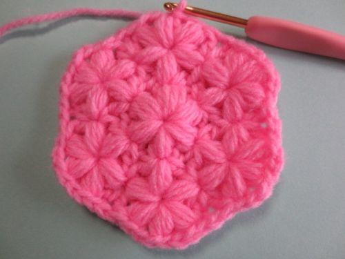 小花が可愛いアクリルたわしです。リフ編みを少しアレンジしてお花模様が浮き出るようにしました! 厚すぎるとこもなく、アクリルたわしには調度良いと思います。 4段編んで完成します。Let´s Try!!