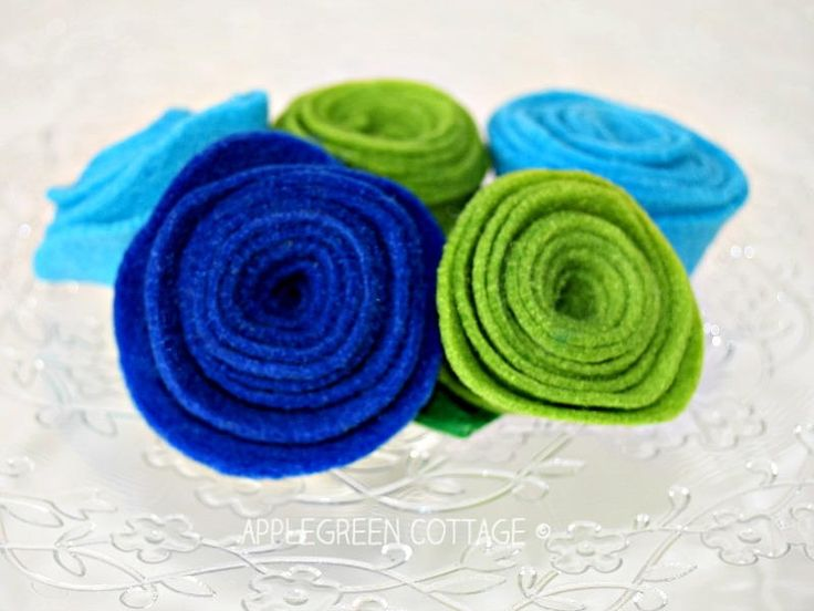 How to Make DIY Felt Flowers | Break out your felt scraps and make some of these simple DIY fabric flowers!