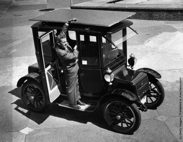 The sun powered car, a 1912 Baker Electric Mode which has been adapted to run from energy obtained from the sun's rays. Dr. Charles Alexander Escoffery, the car's inventor, explains the workings of the solar panel. (Photo by Hulton Archive/Getty Images). 9th August 1960