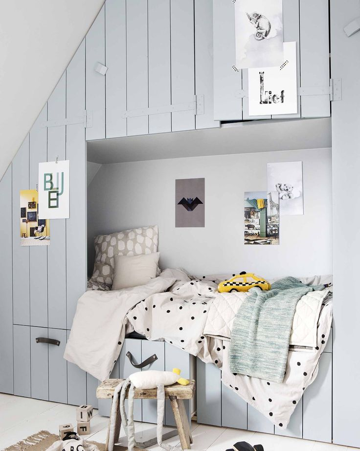 DIY: hang de vrolijke posters uit het vtwonen posterboek op op de kinderkamer | DIY: decorate the kids room with posters from our vtwonen poster book | vtwonen 10-2017 | Fotografie Jeltje Fotografie | Styling Liza Wassenaar