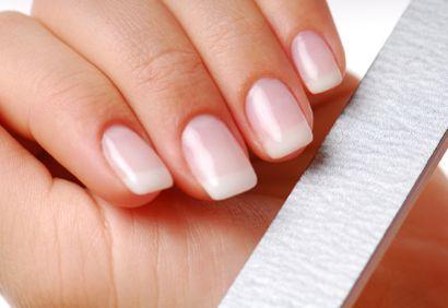 Pour en finir avec les ongles mous Voici un petit truc pour avoir de beaux ongles durs : Mélangez 4 c. à soupe d'huile d'olive tiède avec 2 c. à soupe de jus de citron. Faites tremper vos ongles dans ce mélange durant quelques minutes, puis massez-les avec le bout des doigts. Vous pouvez également les plonger dans un petit bain d'eau vinaigrée. En plus de renforcer vos ongles, le vinaigre les blanchira.