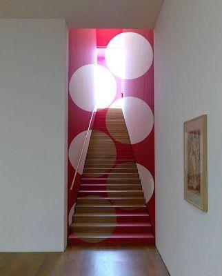 Швейцарский художник Фелис Варини заставляет публику взглянуть по-новому на стены домов, офисные здания, заводы, лестницы и даже двери.