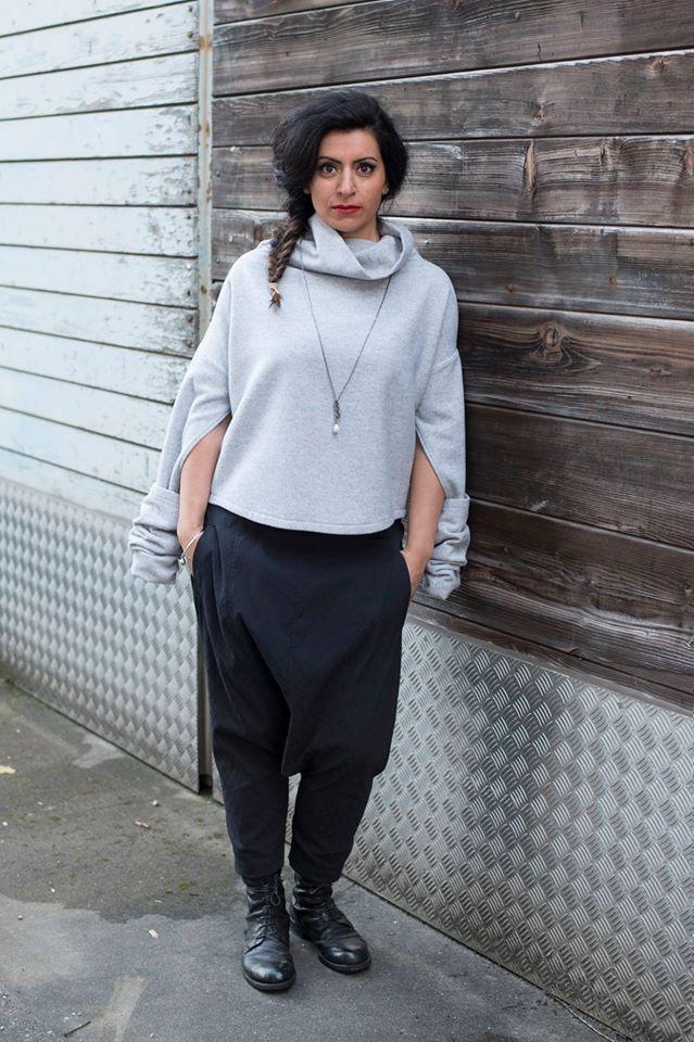 Rollkragenpullover mit Armstulpen und Schlupfloch. Hose mit tiefem Schritt (Haaremshose)