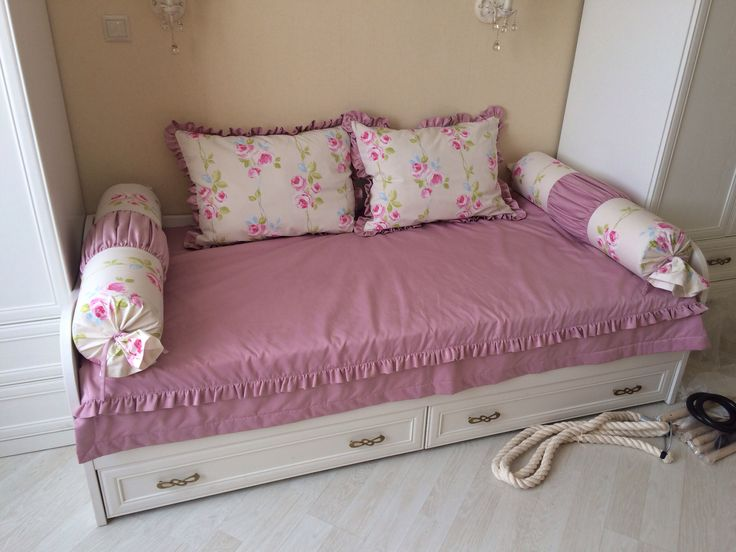 Покрывало и подушки для детской кровати