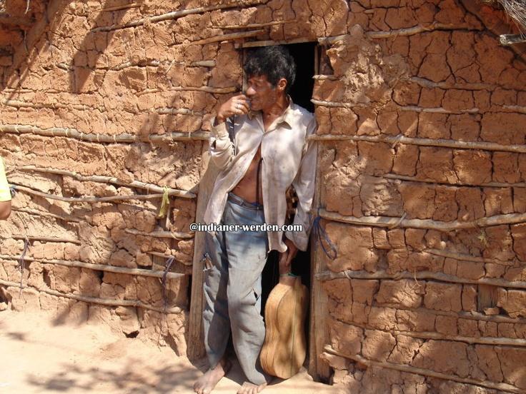 Indianer vor dem Gebetshaus in Südamerika