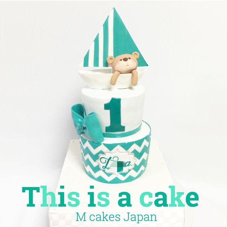 1st バースデーケーキ お母さんの素敵なデザインで1歳のお誕生日をお祝い✨夏っぽくシンプルなデザインが素敵❤️ #1歳 #誕生日 #ケーキ #お母さん #デザイン #シェブロン模様 #夏 #クマちゃん #ヨット #ターコイズ #エメラルド #形にかえるお手伝い #シュガーアート #砂糖細工 #cakedeco #cake #1stbirthday #fondantcake #2段 #Japan