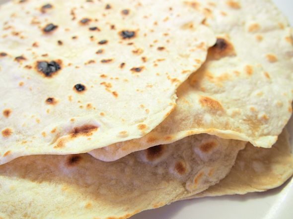 Rakkaalla lapsella on monta nimeä, lähes kaikissa keittiöissä on kuumalla levyllä, pannulla tai parilalla paistettava happamaton ja nostamaton pyöreä ohut leipä,tortilla, chapati,rieska....Ohutleip...
