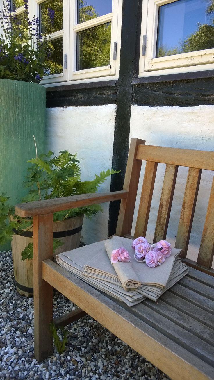 Ready to set the table with roses and both Linnen tablecloth & napkins from E&L by LUNDQVIST Klar til at dække bord, med både hør-dug, hør-servietter og roser fra E&L by LUNDQVIST http://shop.e-and-l.com/