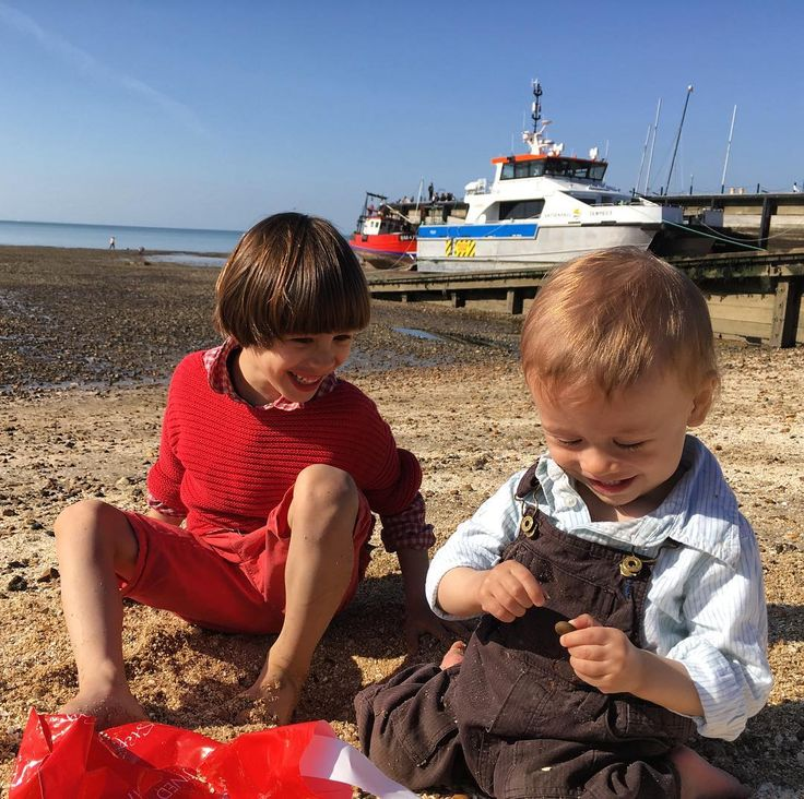 Apparently the #Kent #seaside town of #whitstable produces something like 50 million #oysters a year. We had a lovely day in the sun inspecting shells rocks & the sea. #travelwithkids #kidtravel #englishseaside #beach #englishbeach #igersengland #igerskent #igerswhitstable