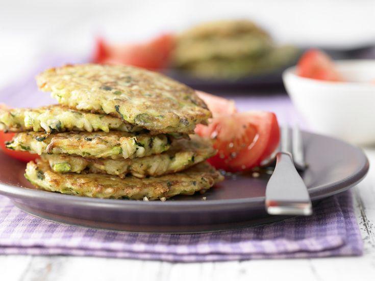 Reis-Zucchini-Puffer - mit Tomatensalat - smarter - Kalorien: 278 Kcal - Zeit: 45 Min. | eatsmarter.de