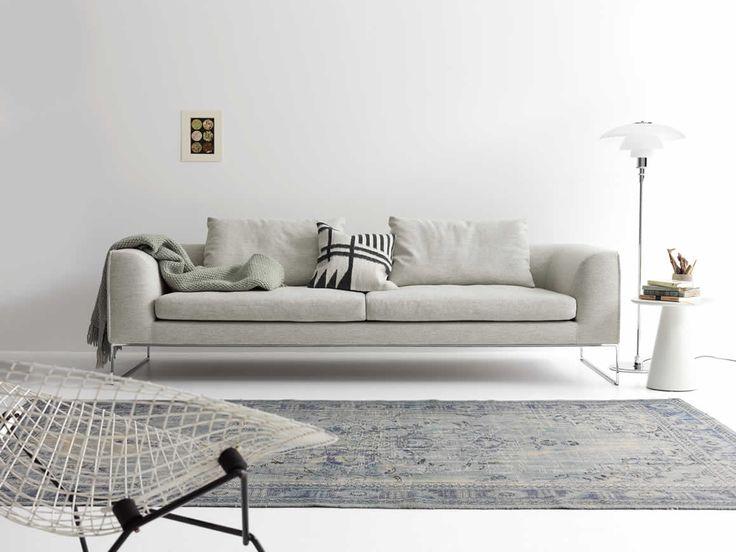 #COR MELL LOUNGE Sofa | Das Sofa MELL LOUNGE von COR besitzt einen spannungsvollen Charakter, welcher nach außenhin kantig und nach innen rund durchdacht bis ins kleinste Detail ist. Das erfährt man nicht nur durch den hervorragenden lässigen Sitzkomfort, sondern ebenfalls auch durch den grafischen Verlauf der Nähte. Die Stahlkufen von ...