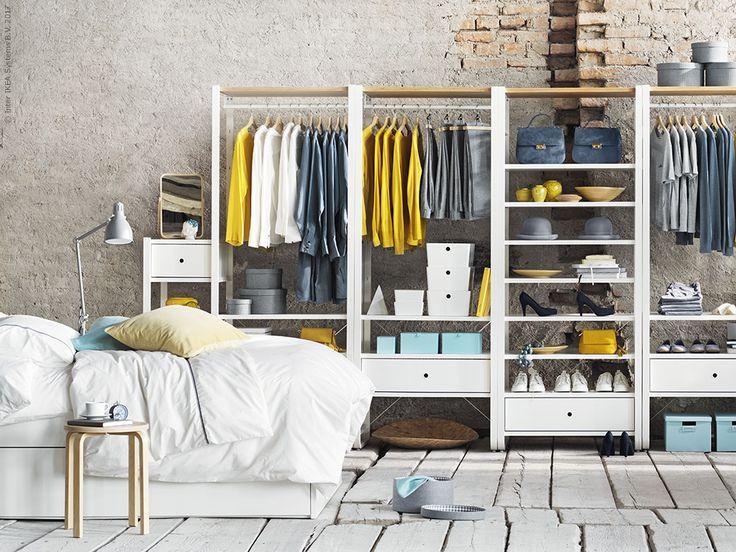 ELVARLI i lätt aluminium och bambu är en flexibel förvaring som kombinerar öppen och sluten förvaring, alla hyllplan lådor och klädstänger är flyttbara efter behov.
