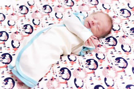 Warm, soft and seamless premature baby sleeping bag. The sleeping bag can be completely opened which makes diaper change easy without disturbing your baby's sleep. The placement of the snaps across the full length of both arms allows easy access if the baby requires IV (intravenous) treatment. The end of the arms folds to prevent the infant from scratching the face. The labels are placed on the outside of the clothes so they don't irritate the skin. Material 100 % organic cotton.
