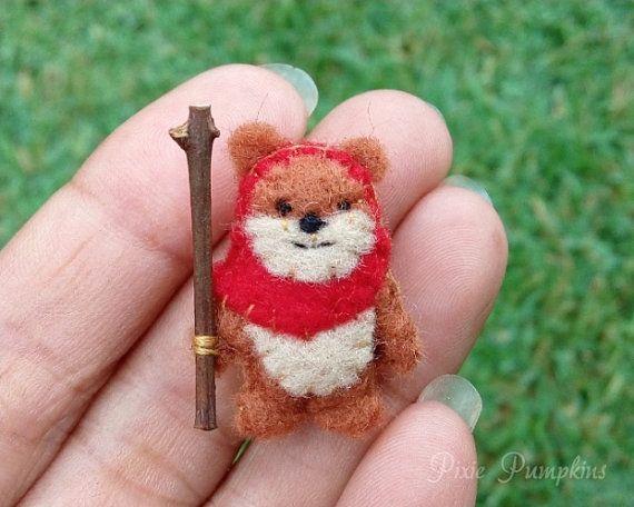 La création de cette adorable Ewok a lexpression plus mignon et porte une capuche feutre rouge. Ce mignon Ewok minuscule peluche peluche mesure 2,8