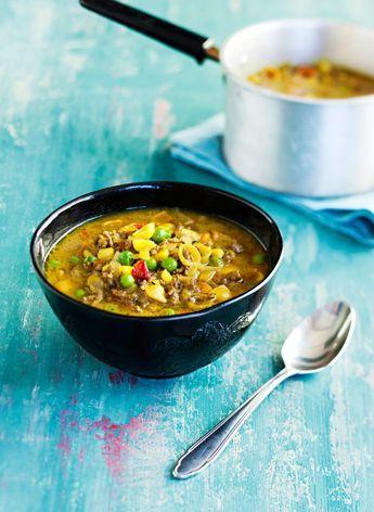 Jauheliha ja makaroni - etenkin lapsiperheessä takuuvarma hitti. Curry ja kasvikset pasta antavat sopalle kullanhohtoisen vivahteen.