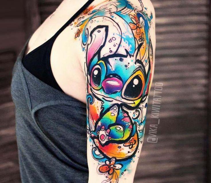 Stich Tattoo von Kiwi Tattoo #TattooStyle Perfekter Aquarell-Tattoo-Stil mit Stichmotiv aus dem Disney-Film Lilo a Stitch, aufgenommen vom Künstler V…