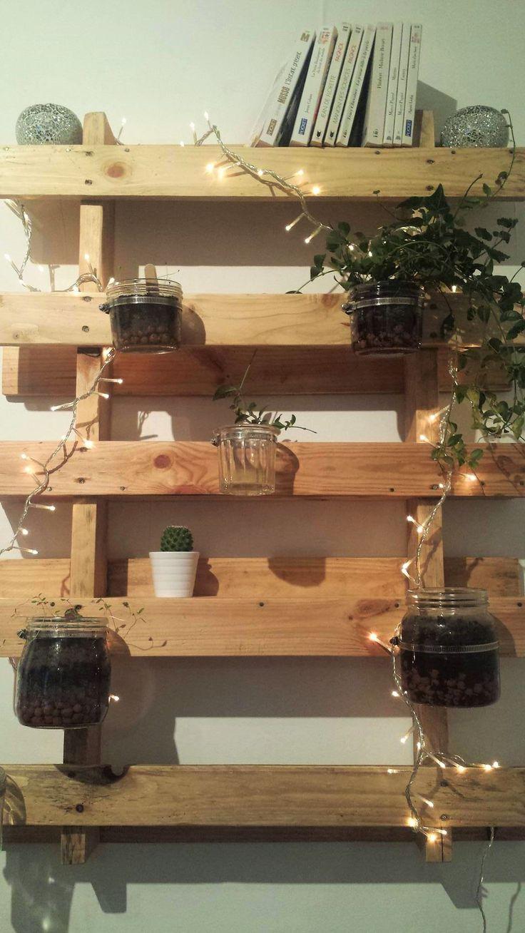 Après les cactus, ma nouvelle passion déco, ce sont les palettes. Une façon écologique de faire pousser des fleurs, pour poser des livres, ses clefs, pour habiller autant ses murs intérieurs que so…