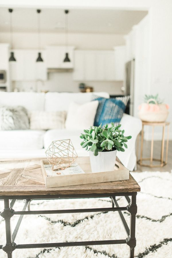 Boho-chic living room decor: http://www.stylemepretty.com/living/2016/01/25/modern-bohemian-california-home-tour/ | Photography: Daphne Mae - http://www.daphnemaephotography.com/