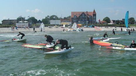 Seminar- und Gästehaus Piratennest | Auf dem Wasser:  Kurse für Windsurfen - Segeln - StandUp Paddling - SUP - Wellenreiten -Tretbootfahren - Paddeln - Bananaboat-Riding - Wasserski - Wakeboard - Motorboot-Führerschein  und am Wasser:  Beachvolleyball - Speedminton - Strandmikado - Kubb (Wikingerschach) - Übungskites. Grundsätzlich werden alle Wasseraktivitäten von unserem Wassersportpersonal angeleitet und sowohl von Land als auch auf dem Wasser von einem Sicherungsboot aus beaufsichtigt.