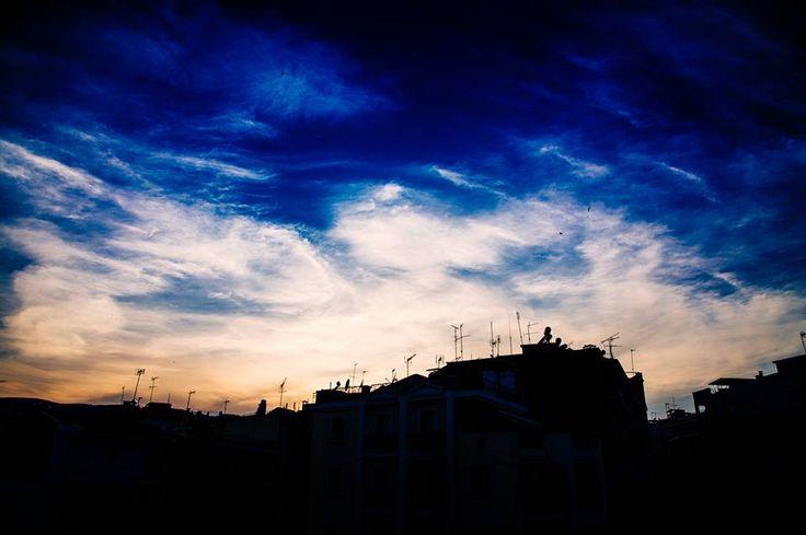 Νύχτωσε ολότελα αλλά.. ο ουρανός είναι μπλε ..με ένα hint πορτοκαλιού! #arive #photo #19_09_13 www.arive.gr/photos.html