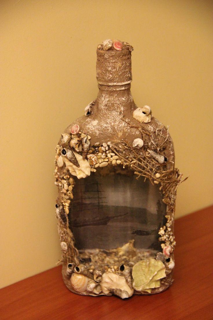 Декорирование бутылки морскими раковинами.