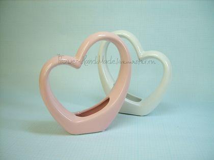 Д023 Ваза кашпо `Оригинальное сердце`, розовая и белая керамика. Д023 Ваза кашпо 'Оригинальное сердце', розовая  керамика  Д042 Ваза кашпо 'Оригинальное сердце', белая керамика    Цена указана за 1 шт.  В наличии белая и розовая вазы.    Необычная и оригинальная ваза-подставка для украшения интерьера.