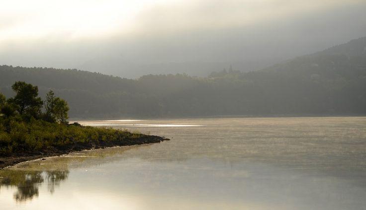 www.auxsourcesducanaldumidi.com Lac de Saint-Ferréol sous la brume hivernale #auxsourcesducanaldumidi #saintferreol #revel #soreze #tarn #hautegaronne #aude #brume #lac #hiver © Patrice Thébault