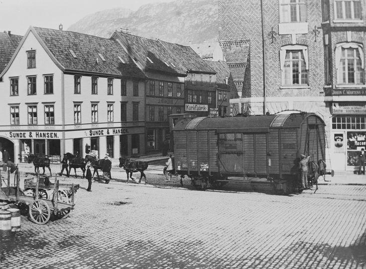 [Jernbanevogn trukket av hester] fra marcus.uib.no