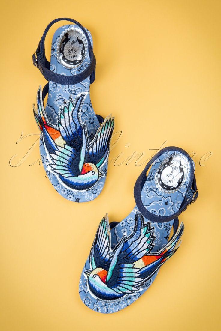 Met deze50s Bluebird Sandals with EmbroideryvanMiss L-Fire voel je je zo vrij als een vogel!Hoe leuk zijn deze sandaaltjes? Uitgevoerd in een donkerblauwe stof met een grote kleurrijke vogel applicatie op je tenen waaronder zich het staafje bevindt dat tussen je tenen gaat. Afgewerkt met een verstelbaar enkelbandje en een comfortabel stoffen binnenzooltje dat voorzien is van een super leuke paisley bloemenprint. Miss L-fire geeft je vleugels! Gezien in de Nederlandse ...