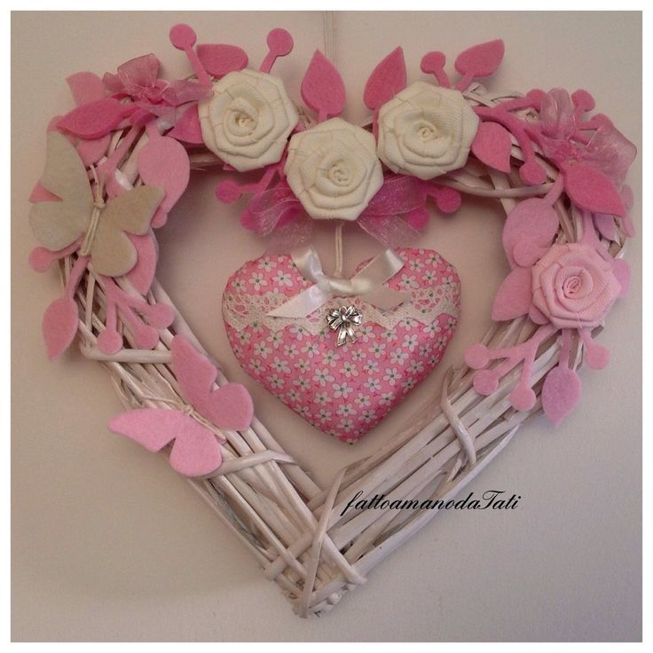 Cuore/fiocco nascita in vimini con rose bianche e cuore imbottito rosa fucsia, by fattoamanodaTati, su misshobby.com