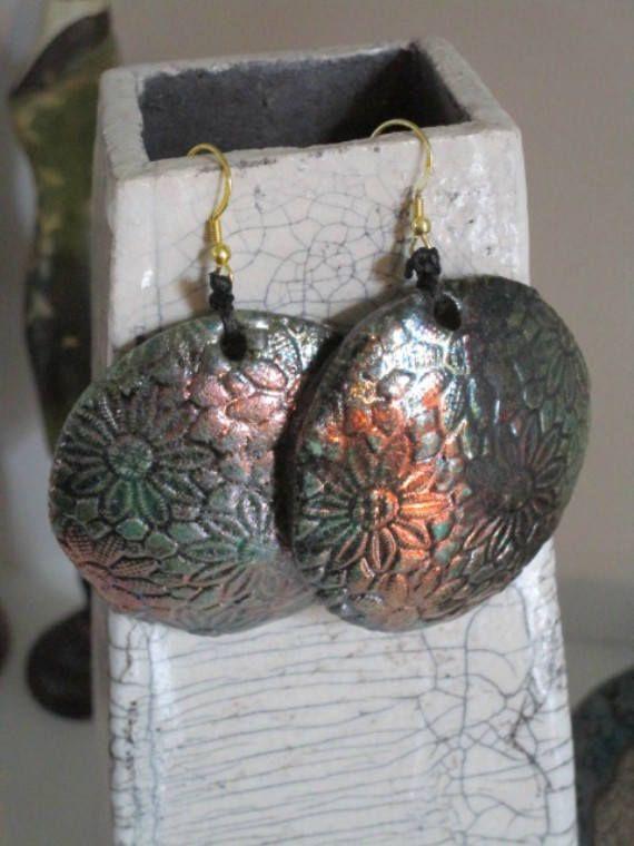 Orecchini tondi con texture fiori  in ceramica raku bronzo