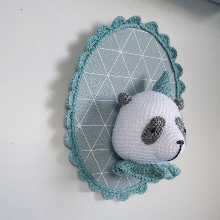 Trophée panda au crochet sur fond turquoise clair : Décoration pour enfants par madebysissinou