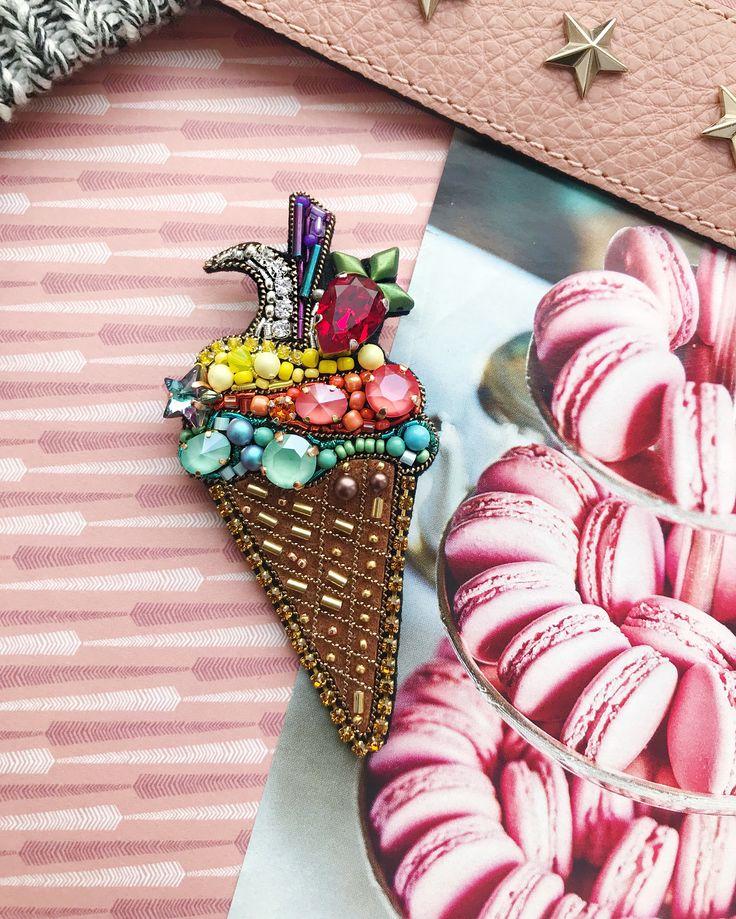 〰 ЗАРЕЗЕРВИРОВАНО 〰 Мороженое | идеально на лацкан пальто или пиджака Размер в крайних точках: 9 х 4 см. Кристаллы и жемчуг - Swarovski, японский и чешский бисер, стразовая лента, фетр 〰〰〰〰〰 #брошьручнойработы #вышитаяброшь #брошьмороженое #брошьзвезда #брошьмесяц #брошьгранат #брошьвишня #брошьбокал #брошькапкейк #брошьлотос #брошькекс #сваровски #handmade #cranebrooch #pomegranatebrooch #embroidery #embroiderybrooch #brooch #embroideryart #birdbrooch #swarovski #брошь