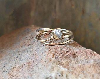 Uno de los tipos había martillado anillo de diamante crudo y oro de 14 k. Anillo de oro martillado.  Único anillo de compromiso. Anillo de bodas. Anillo de diamantes. anillo oro k 14