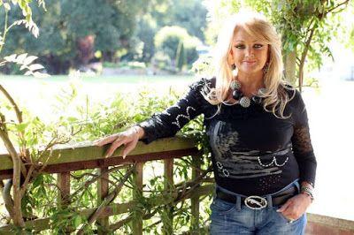 Buon Compleanno Bonnie! Bonnie Tyler (Swansea, 8 giugno 1951) ♫ BONNIE TYLER ♪ TOTAL ECLIPSE OF THE HEART ♫ (Video + Testo + Traduzione) ♪ http://tucc-per-tucc.blogspot.it/2015/06/bonnie-tyler-total-eclipse-of-heart.html