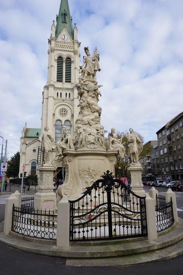 Kirche mit Denkmal in Bratislava