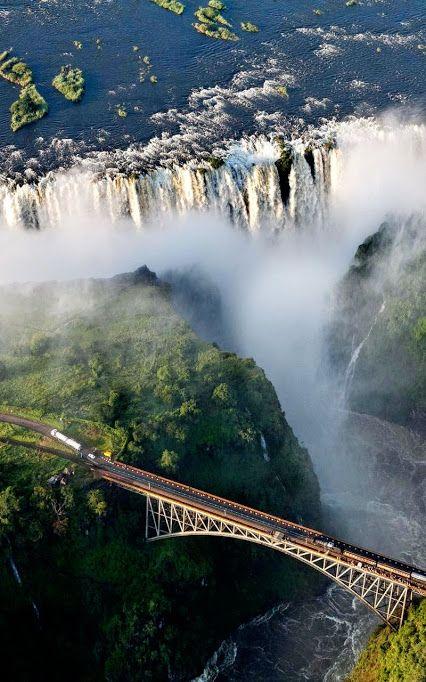 África del Sur, Victoria cae una cascada de 355 pies (109M) de altura sobre el río Zambezi, en Zimbabwe - frontera de Zambia.
