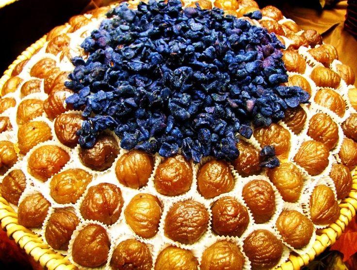 VIOLETTE CANDITE è una specialità dolciaria tradizionale Piemontese, tipica di Borgo S. Dalmazzo in provincia di Cuneo. Fatte con fiori di viola imbevuti e ricoperti di zucchero cercando di mantenere la forma e il colore del fiore, sono usati, nella tradizione cuneese, anche come raffinata e preziosa decorazione dei vassoi di marrons glacés nelle pasticcerie #CucinaItaliana#ProdottiTipici#PiattiItaliani#PiattiTipiciRegionali #CarnevaliLuigi https://www.facebook.com/IlBuongustaioCurioso/