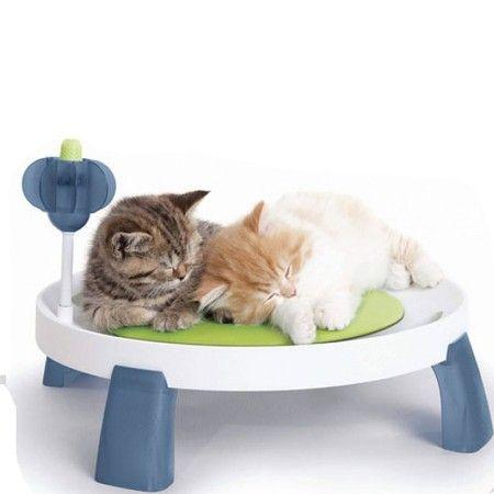 Dit unieke product heeft een speciaal therapeutisch kussen dat kan worden gekoeld om het je kat aangenamer te maken. Het gekoelde kussen is ideaal om te af te koelen op een warme dag of voor katten met artritis die d.m.v. de koelte hun pijn kunnen verlichten. Het Design Senses Comfort Bed heeft ook een multifunctioneel massagestuk waar de kat tegen aan kan wrijven voor optimaal plezier aan het hoofd en de hals. Afmetingen 38,5X7X44CM