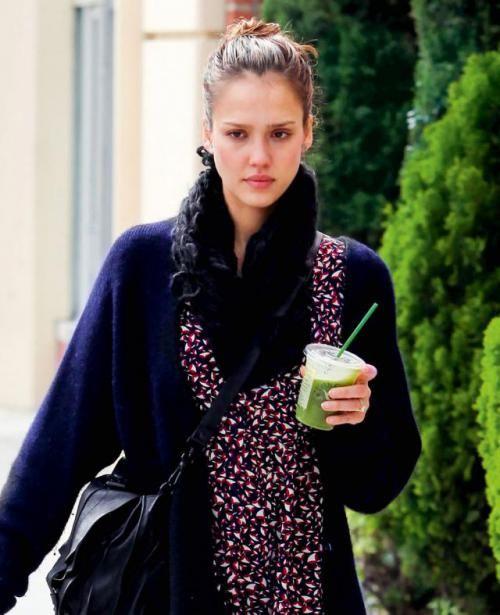 """""""Zawsze lubiłam ogórki. Teraz po soku z zielonych warzyw moja skóra wygląda świetnie"""", mówi Jessica Alba."""