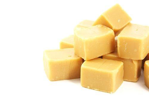 Sahne-Karamellbonbons  Zutaten  200 g Zucker 200 g Sahne 1 EL Honig   1 TL Vanillearoma oder das Mark einer Vanilleschote Öl für die Alufolie