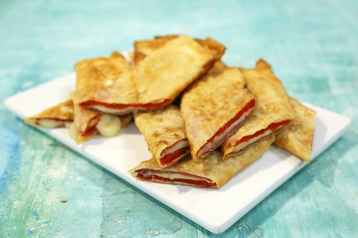 Paçanga Böreği Malzemeleri 1 adet yufka 2 adet köz kırmızı biber 12 adet pastırma 2 dal biberiye 8-10 dilim kaşar peyniri Sıvıyağ-kızartmak için  Yufkayı tezgaha serin ve dört eşit parçaya bölün. 4 adet büyük üçgenler elde edeceksiniz. Köz biberleri ortadan iki parçaya ayırın. Biberiyeleri sapından ayırın ince ince kıyın.  Üçgen yufkaların geniş tarafına köz biberi, 3 dilim pastırma, biberiye ve 2 dilim kaşar peyniri koyun geniş sigara böreği şeklinde sıkmadan sarın. Uç kısmını suyla…